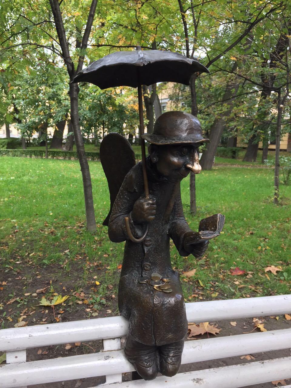 петербургский ангел с монетками на коленях