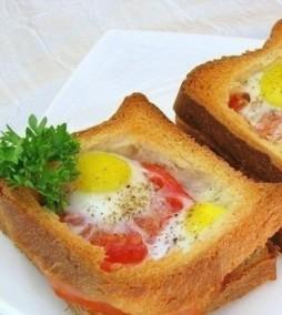 Горячие бутерброды с окороком, яйцами и помидорами