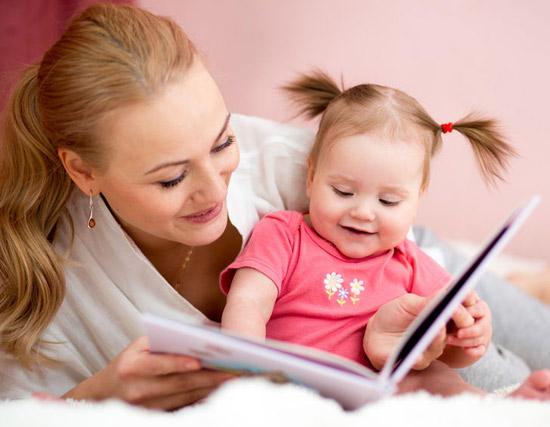 ребенок читает с мамой